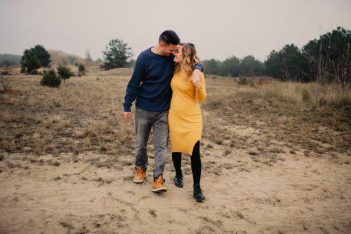 Paarfotoshooting in der Heide im Norden Berlins, Verlobungsfotos von der Hochzeitsfotografin Nora Peisger
